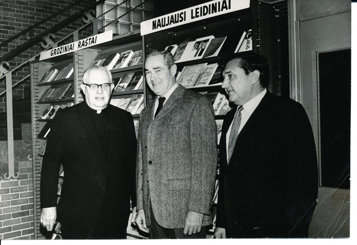 """""""Draugo"""" redakcijoje, kun. Činikas, Amerikos politinis veikėjas Dunn ir A. Baronas. Čikaga. 1960 m."""