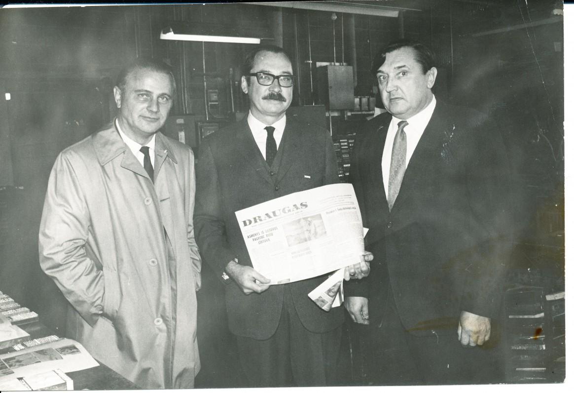 """""""Draugo"""" redakcijoje su Balzeko muziejaus direktoriumi S. Balzeku (centre) ir rašytoju S. Džiugu. Čikaga. 1965 m."""