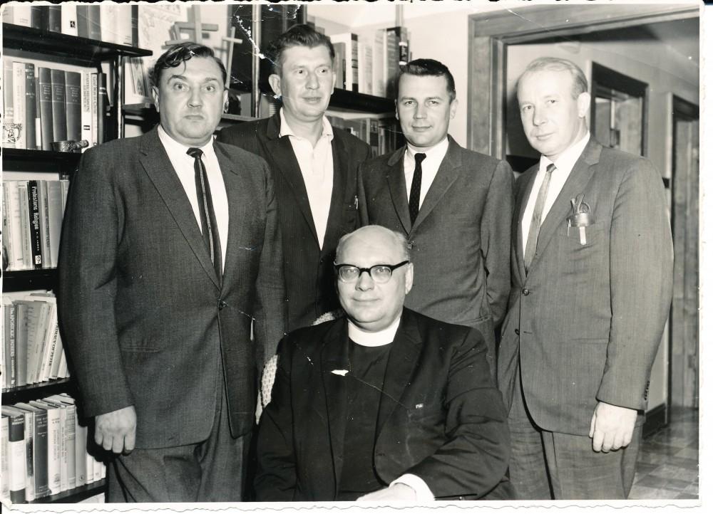 """""""Draugo"""" redakcijoje. Čikaga. 1965 m. Sėdi kunigas Barauskas. A. Baronas, V. Būtėnas, R. Mieželis, neatpažintas asmuo"""