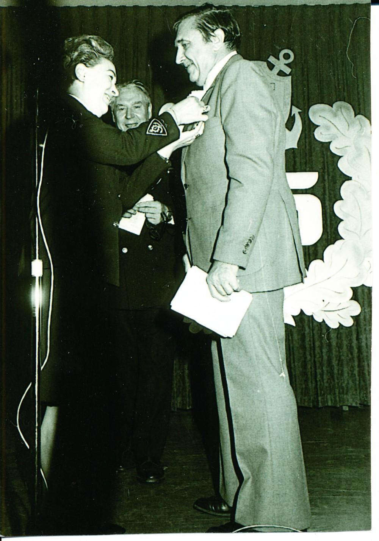 """""""Giedros"""" korporacijos premijos įteikimas A. Baronui už romaną """"Trečioji moteris"""". Čikaga. 1966 m."""