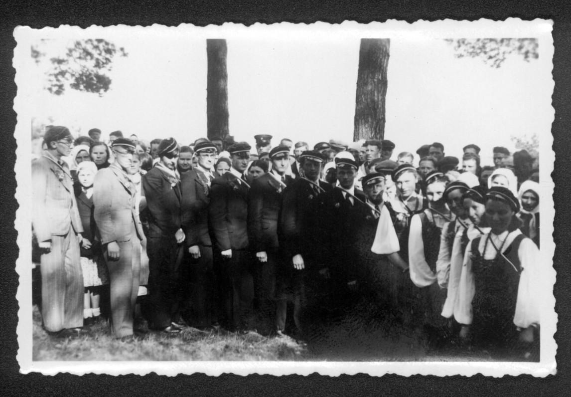 """""""Šatrijos"""" draugijos iškyla Rumšiškėse. 1939 m. V. Kazokas – šeštas iš dešinės"""