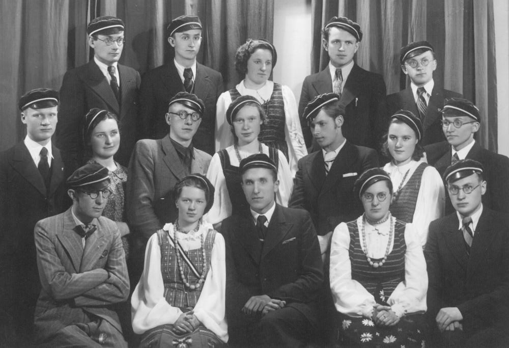 """""""Šatrijos"""" draugijos nariai su pirmininku Č. Grincevičiumi (sėdi centre). V. Kazokas – trečioje eilėje pirmas iš dešinės"""