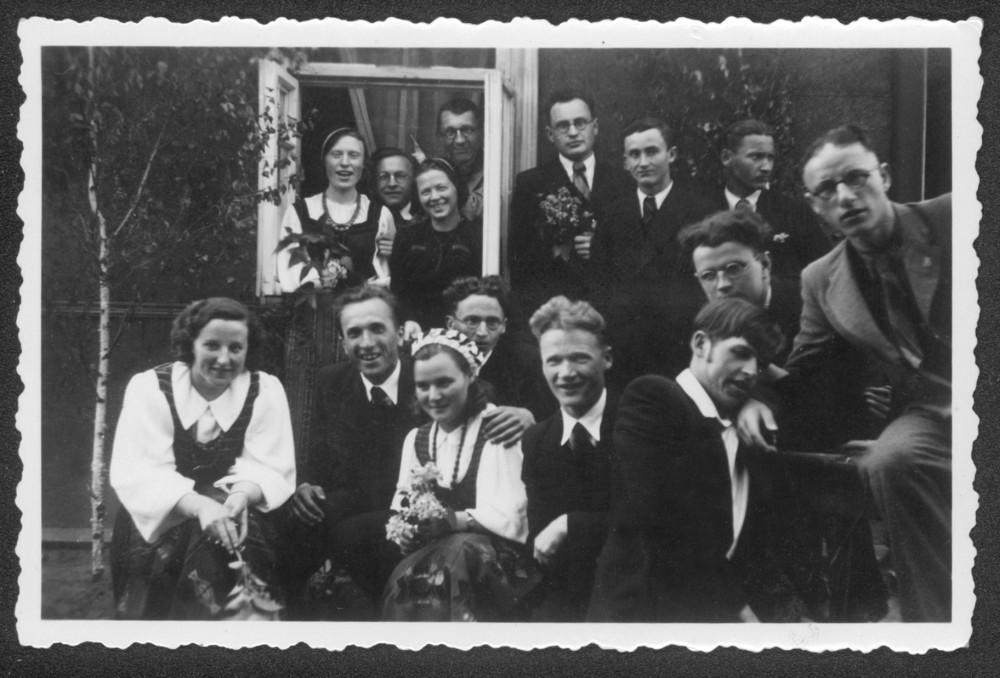 """""""Šatrijos"""" nariai vieši pirmininko Č. Grincevičiaus namuose. Kaunas. 1939 m. V. Kazokas – paskutinėje eilėje antras iš kairės"""