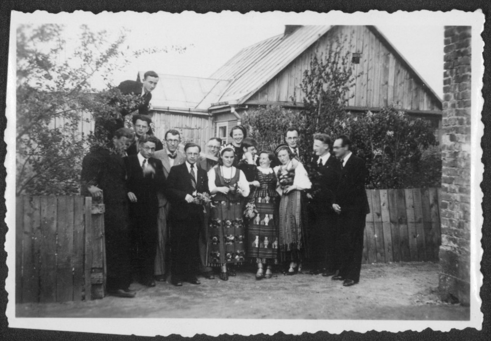 """""""Šatrijos"""" nariai vieši pirmininko Č. Grincevičiaus namuose. Kaunas. 1939 m. V. Kazokas – pirmoje eilėje trečias iš kairės"""