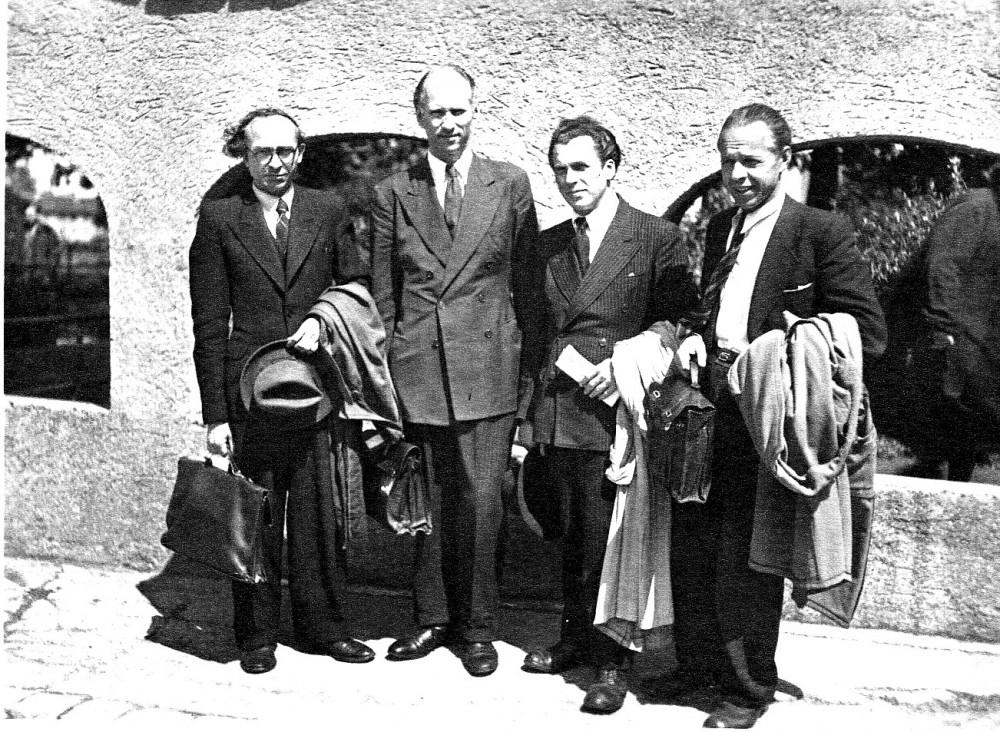 """""""Skrajojanti ketveriukė"""". B. Brazdžionis, S. Santvaras, A. Gustaitis, P. Andriušis. Ravensburgas. 1947 m."""