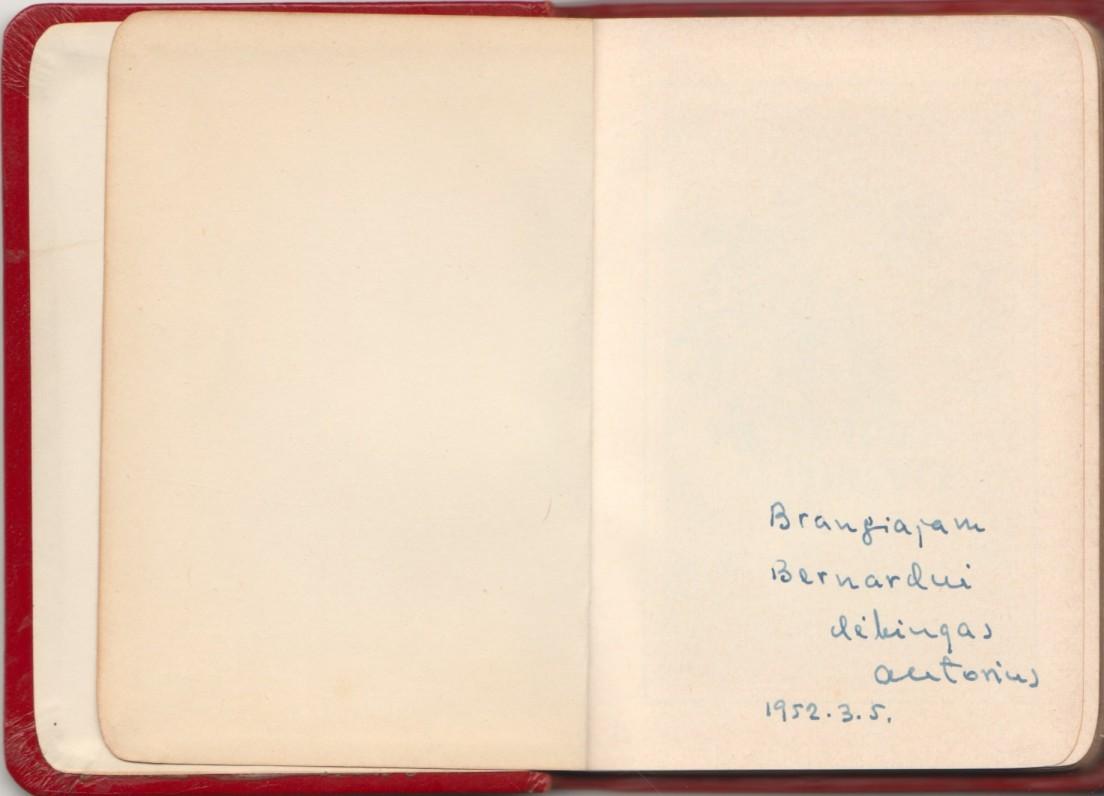 """""""Vardan Dievo. Mažųjų maldos"""". JAV, 1951m. Teksto autoriaus kunigo S. Ylos dedikacija B. Brazdžioniui. Maldyno atvartas"""