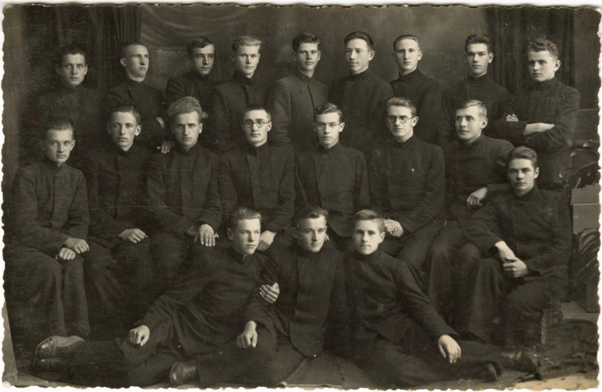 """1936-ųjų Biržų gimnazijos """"plaukuočiai"""". M. Indriliūnas – trečioje eilėje pirmas iš dešinės. Fotografė J. Vaitaitienė-Markevičiūtė"""