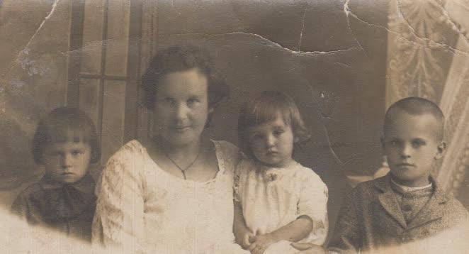 Marijonas, mama Marija, sesuo Regina, brolis Henrikas Krasauskai. Apie 1925/26 m.