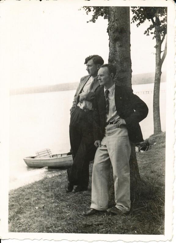 """Su S. Selėnu. Hanau. 1947 m. Įrašas: """"Visų skersvėjų """"Irklo kotų"""" ir kitų linksmų nusidavimų didžiausias talkininkas A. A. Stonys Selėnas prie ežero 1947 m. / Sudžiūsim iš meilės kaip šienas / Kaip liepto atplyšusios lentos / Ir liks tik """"Irklo kotas"""" vienas / Ant Stanbergo ežero kranto"""""""