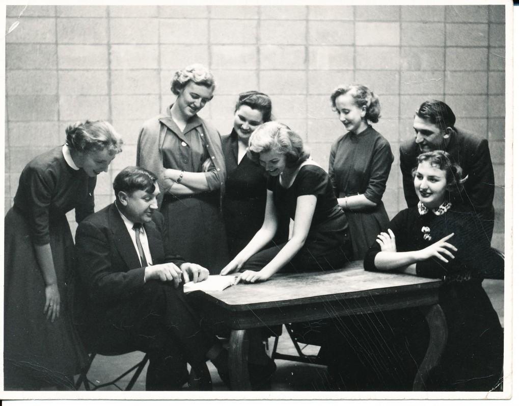Literatų būrelis, kuriam vadovavo A. Baronas (sėdi pirmas iš kairės). Čikaga. 1955 m. Šalia A. Barono stovi N. Narbutaitė, A. Katelytė, D. Noreikaitė-Kučienienė, Danutė Brazytė, Ona Šulaitienė, ? ir Vida Krištolaitytė