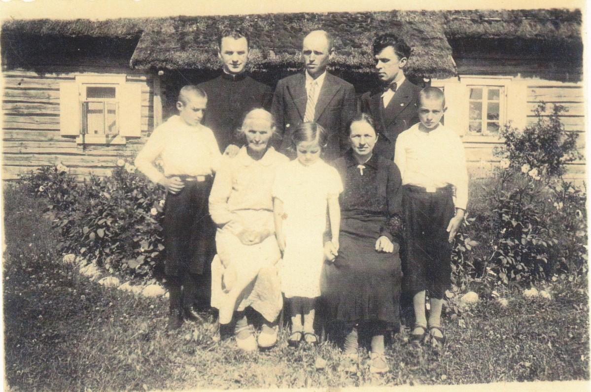 Svečiuose pas seserį Uršulę su jos šeima. Apie 1930 m.