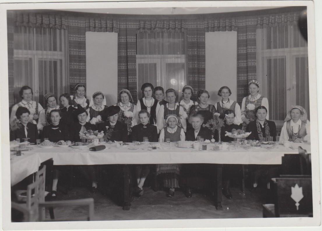 Trečiasis moterų literatūros vakaras. 1938 12 08. Pirmoje eilėje iš kairės penkta V. Lozoraitienė, šešta M. Lastauskienė-Lazdynų Pelėda, septinta F. Bortkevičienė, dešimta J. Augustaitytė-Vaičiūnienė; antroje eilėje iš kairės trečia N. Mazalaitė, septinta Tulauskaitė, dvylikta P. Orintaitė