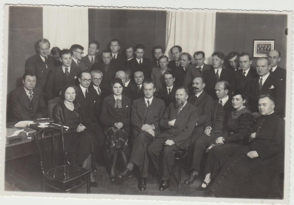 Lietuvių rašytojų draugija. Kaunas. 1935 m. Pirmoje eilėje iš kairės sėdi – N. Mazalaitė, G. Tulauskaitė, V. Mykolaitis-Putinas, L. Gira; antroje eilėje – J. Grušas, V. Alantas, K. Vairas-Račkauskas, A. Vienuolis-Žukauskas, K. Puida, K. Binkis, A. Lastas, I. Jurkūnas-Šeinius, E. Žalinkevičaitė-Petrauskienė, S. Būdavas