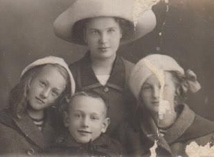 M. Krasauskas centre su sesutėmis ir mama, 1933 m.