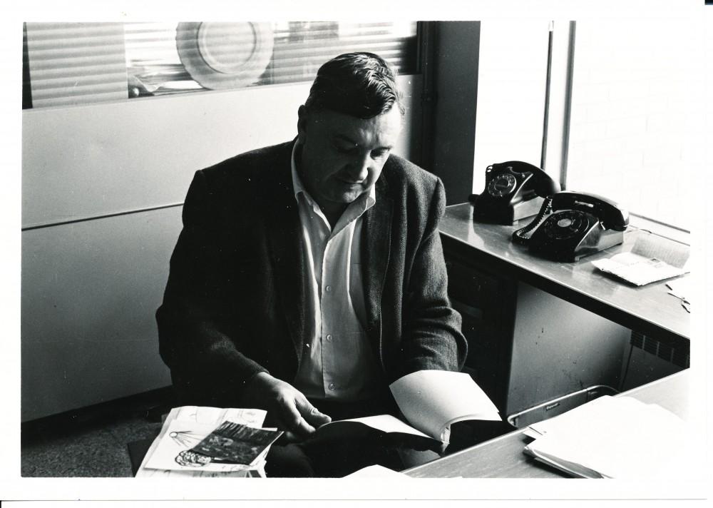 """A. Baronas """"Draugo"""" redakcijoje, už darbo stalo. Čikaga. 1955 m."""