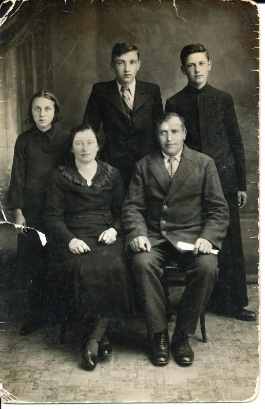 A. Barono (stovi centre) šeima – tėvai, sesuo Joana ir brolis Benjaminas
