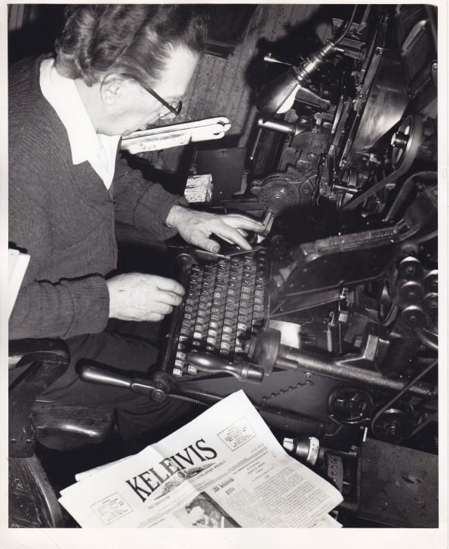 """A. Gustaitis """"Keleivio"""" redakcijoje. Bostonas. 1973 m. Nuotrauka K. Daugėlos"""