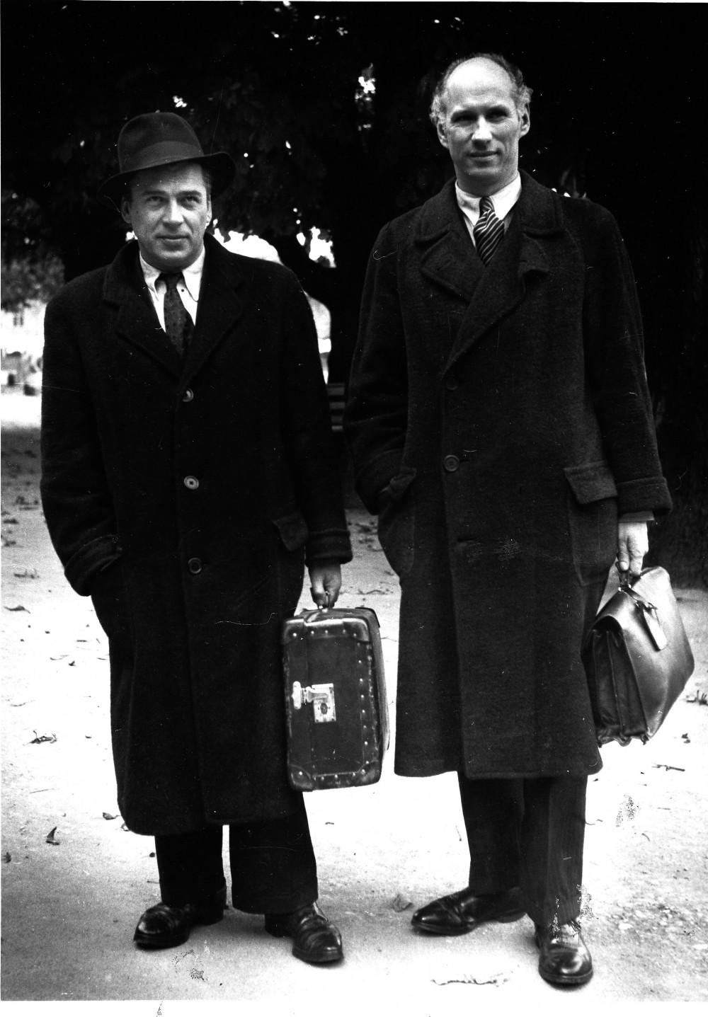 A. Gustaitis ir S. Santvaras pakeliui į literatūros gastroles Kemptene. Apie 1948 m.