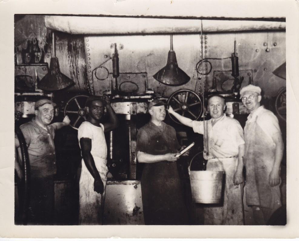 """A. Gustaitis (pirmas iš kairės) su kolegomis cukraus fabrike """"Domino"""". 1956 m."""