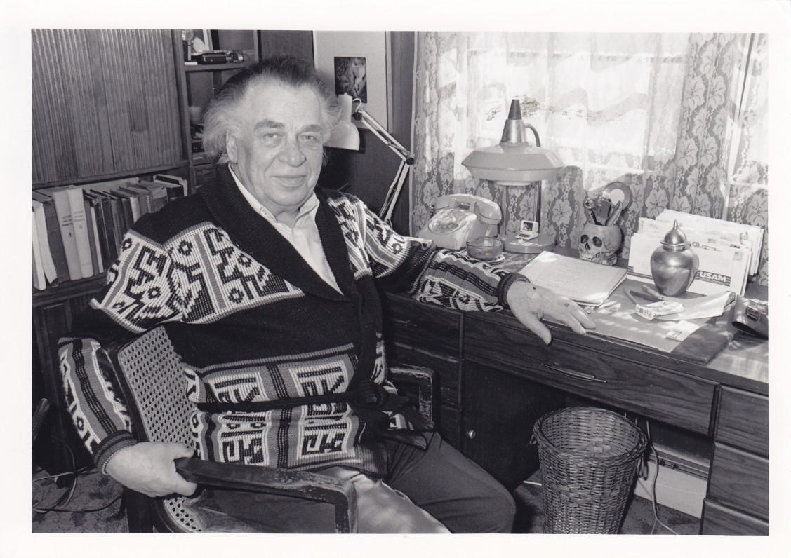 A. Gustaitis savo kabinete. Bostonas. 1987 m.