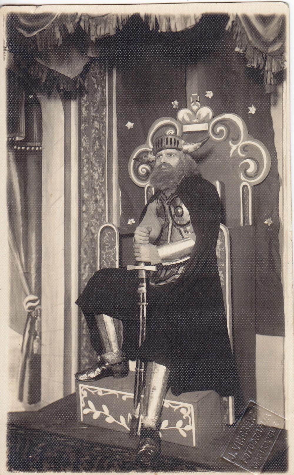 A. Gustaitis vaidina Kęstutį. Marijampolė. Apie 1926 m.