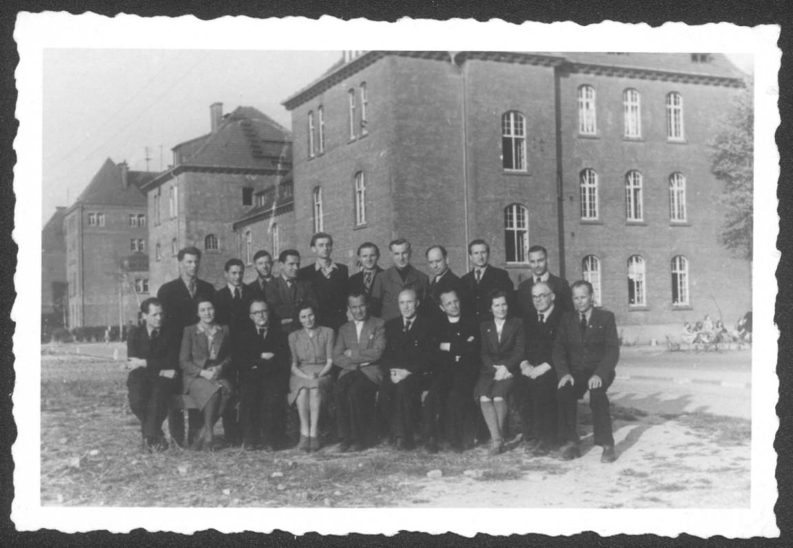 A. Landsbergis (antroje eilėje penktas iš kairės) su Matenbergo gimnazijos mokytojais. 1949 m.