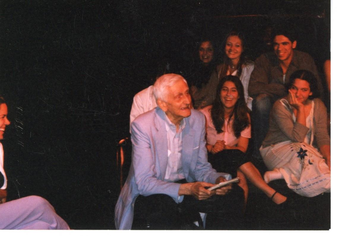 """A. Landsbergis su amerikiečių aktorių trupe diskutuoja apie pjesę """"Penki stulpai turgaus aikštėje"""" 2002 m."""