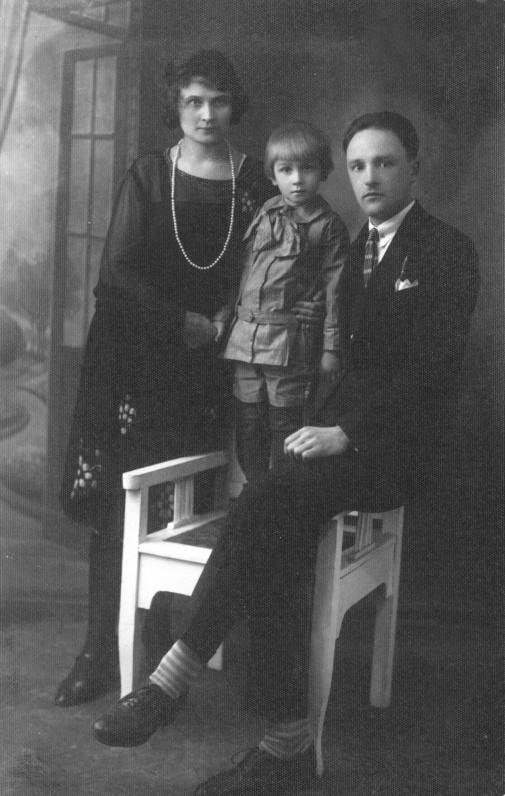 A. Landsbergis su mama Emilija ir tėčiu Jeronimu. Seredžius, 1927 m. Ch. Vinokurienės nuotrauka