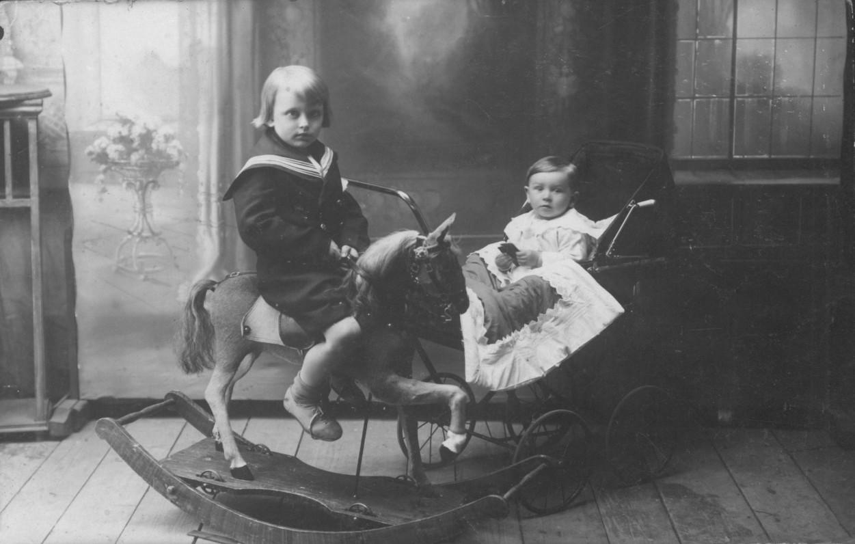 A. Landsbergis (vežimėlyje) su pusbroliu A. Kynastu. Kybartai, 1924 m.
