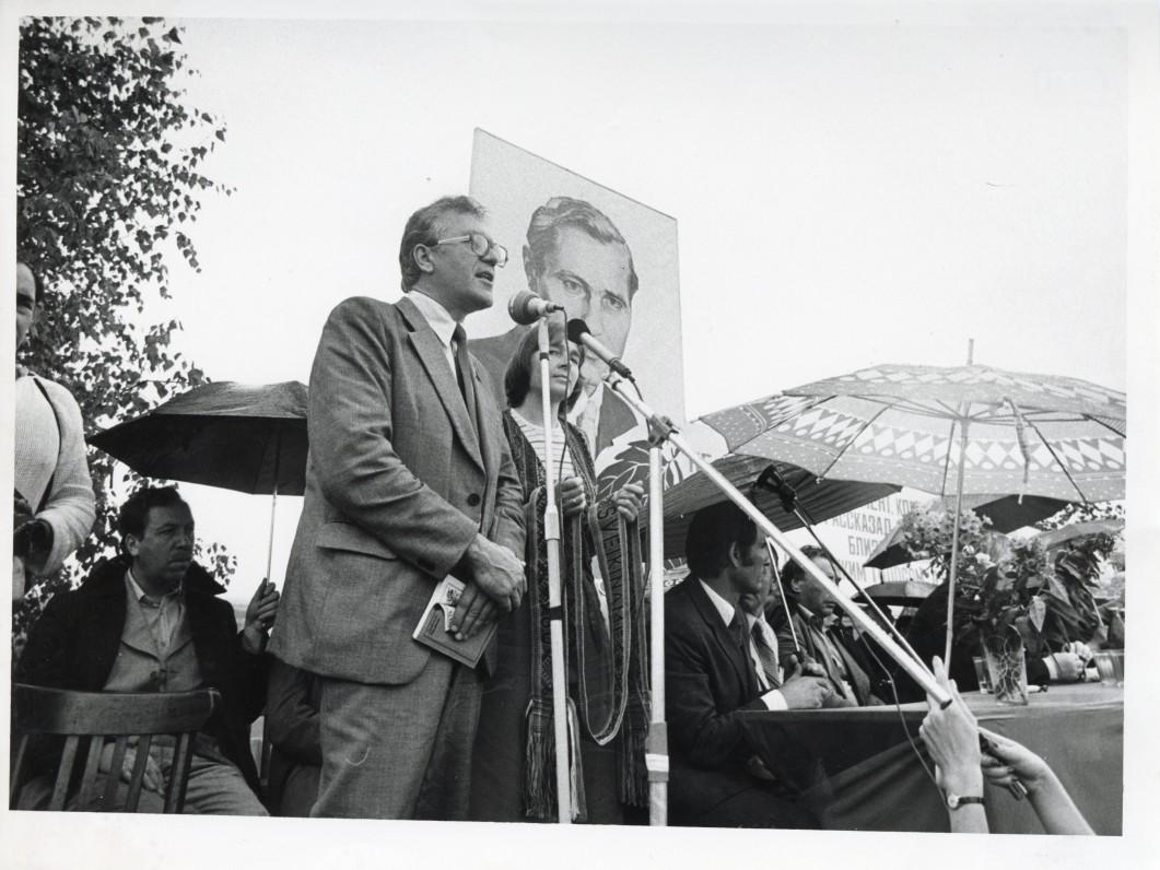 A. Maldonis dalyvauja tarybinės literatūros dienų šventėje Altajuje. 1982 m.