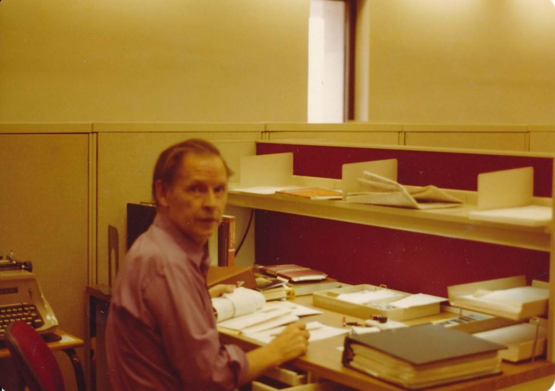 A. Nyka-Niliūnas prie darbo stalo Library of Congress. Vašingtonas, 1974 m.