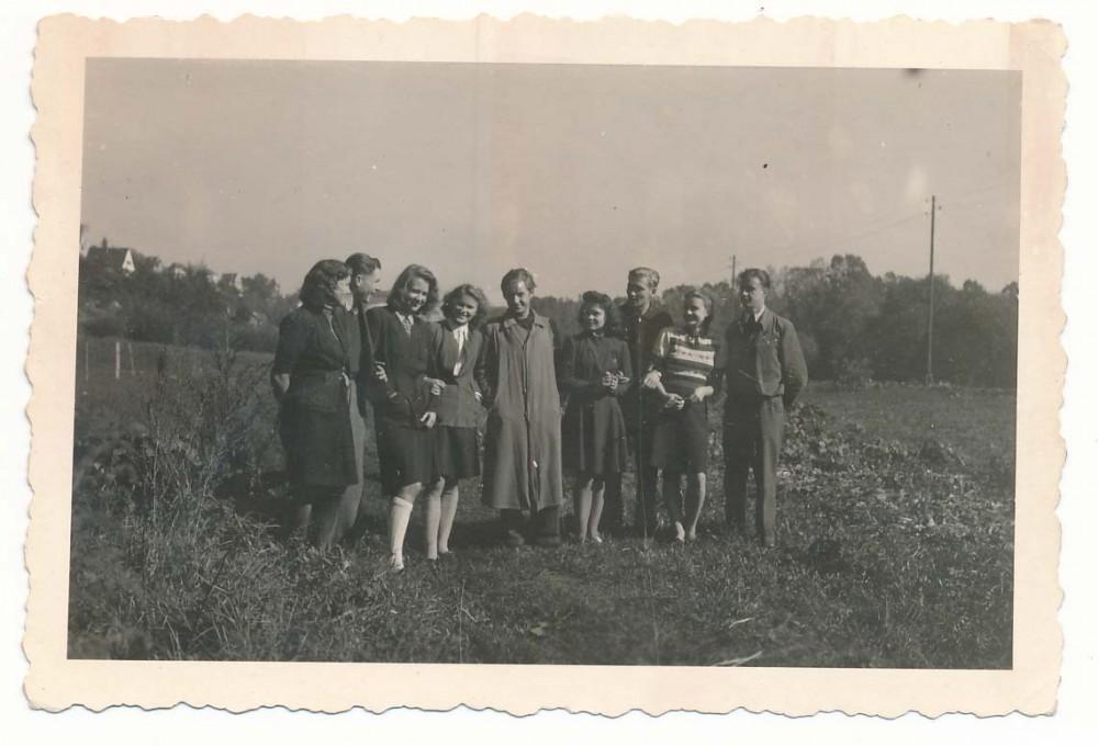 A. Nyka-Niliūnas su mokiniais. Tiubingenas. 1946 m. Antra iš dešinės – Birutė Ciplijauskaitė