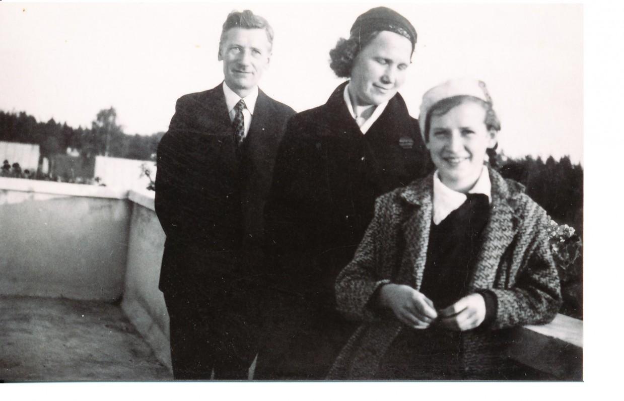 A. Veščiūnaitė su tėvais. Alytus, 1935 m.