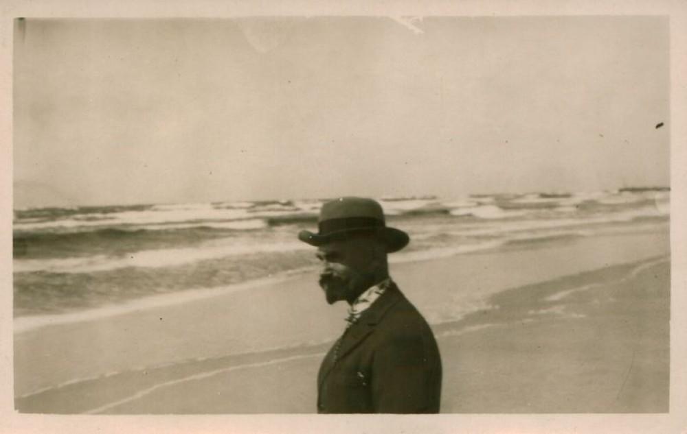 Adomas Lastas prie jūros. Apie 1936 m.