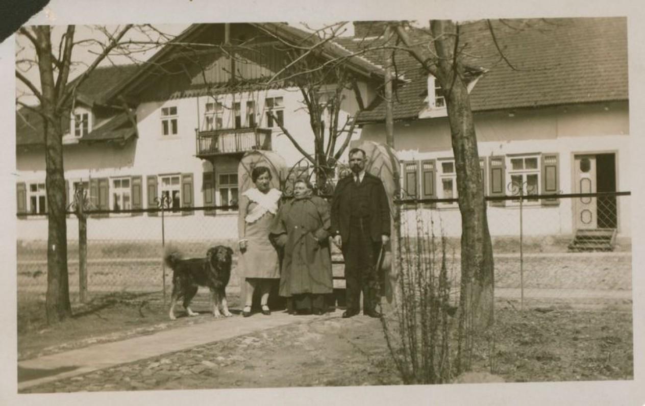 Advokatas Andrius Bulota su žmona Aleksandra ir Gabrielė Petkevičaitė-Bitė (viduryje), apie 1930–1931 m.