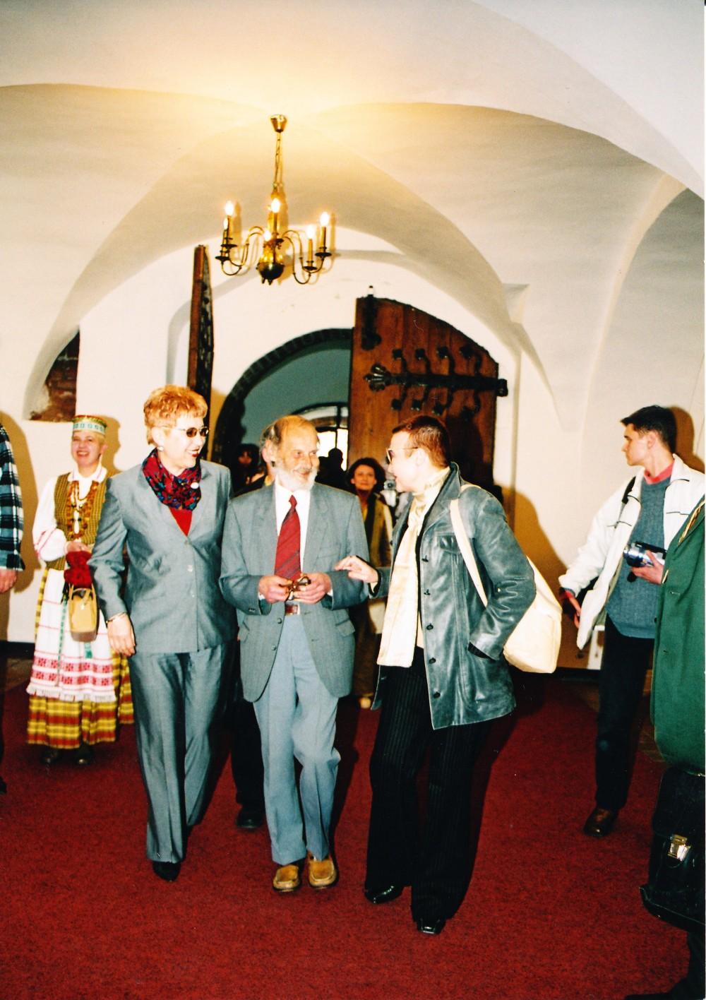 Aldona Ruseckaitė, Vladas Baltuškevičius ir Onė Baliukonė – 2004 m. Poezijos pavasario dalyviai Kauno Rotušėje. 2004 m. gegužės 28 d.