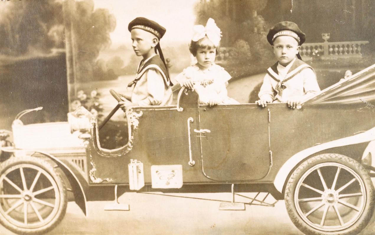 Aldona su broliais – Edvardu ir Albertu. Alytus. Apie 1927 m.