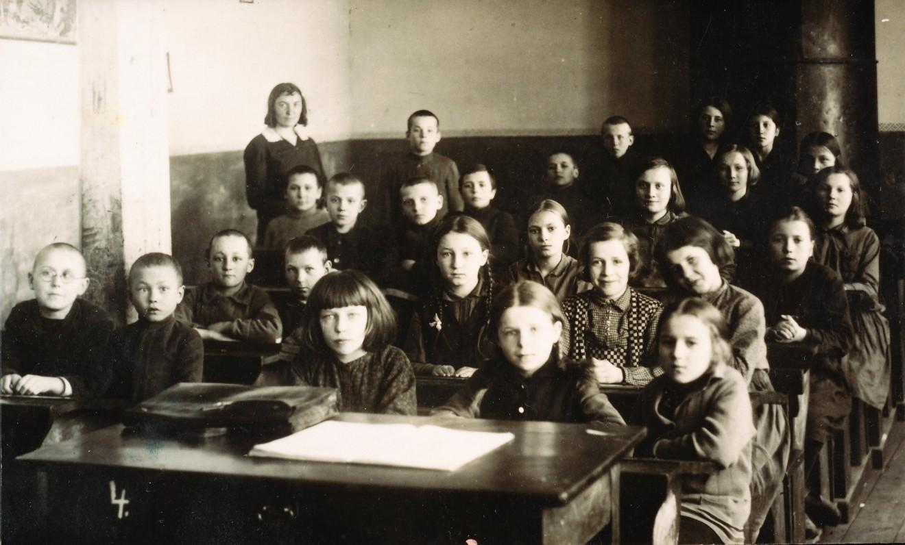 Alytaus pradžios mokyklos mokiniai su mokytoja p. Delininkaityte. A. Veščiūnaitė antroje eilėje, antra iš dešinės