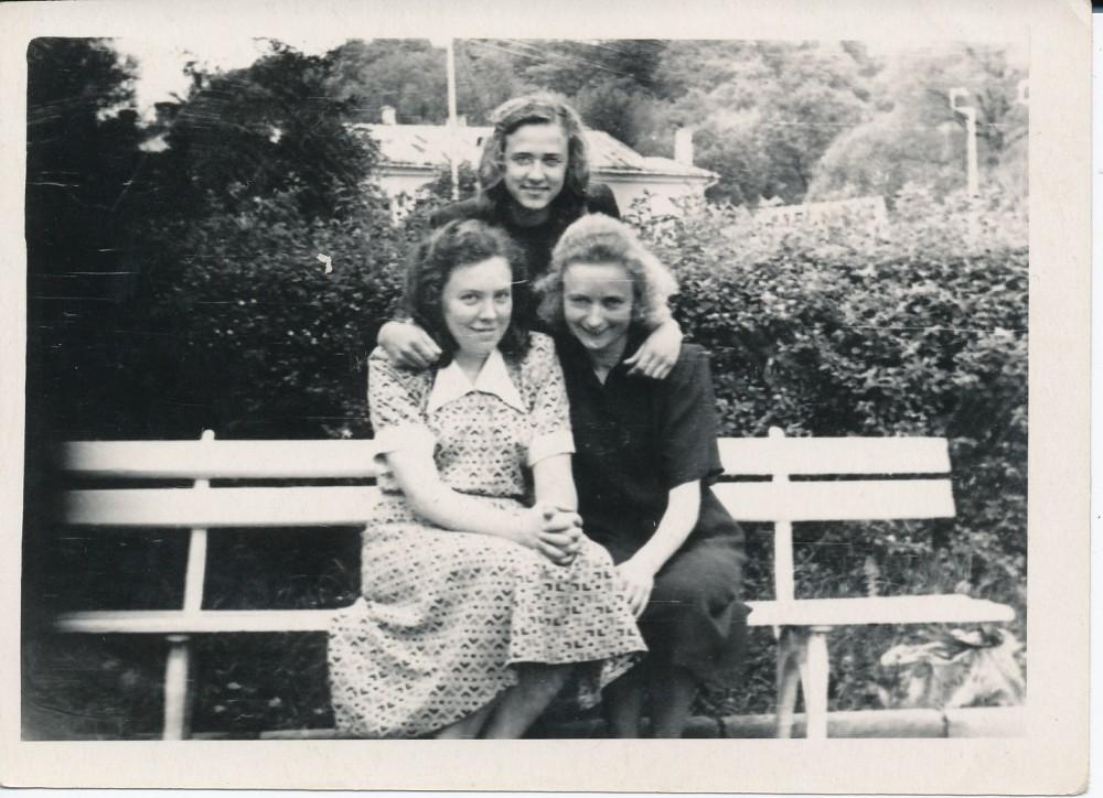 Ant suolelio sėdi J. Degutytė (kairėje) ir Ada Kizlaitytė, stovi Danutė Venclovaitė. Jaunimo sode Vilniuje 1954 m.