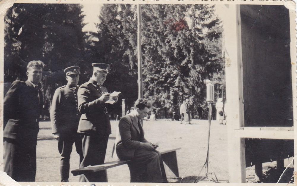 Antanas Gustaitis tiesioginės transliacijos Klaipėdos radiofonui metu. Rambynas. 1938 m.