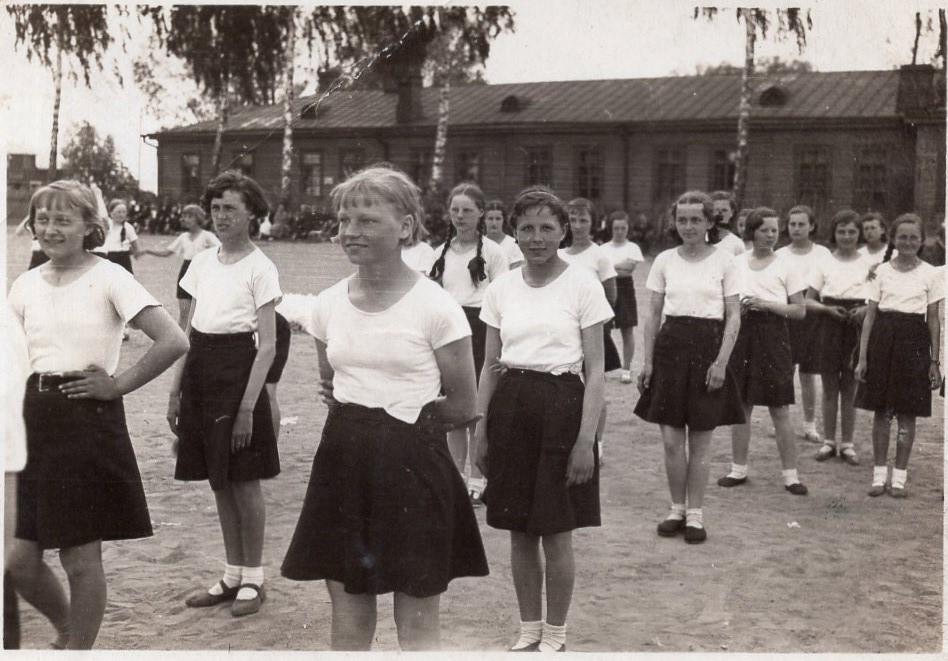 Antroje eilėje pirma iš dešinės – J. Švabaitė. Vilkaviškis, 1938 m.