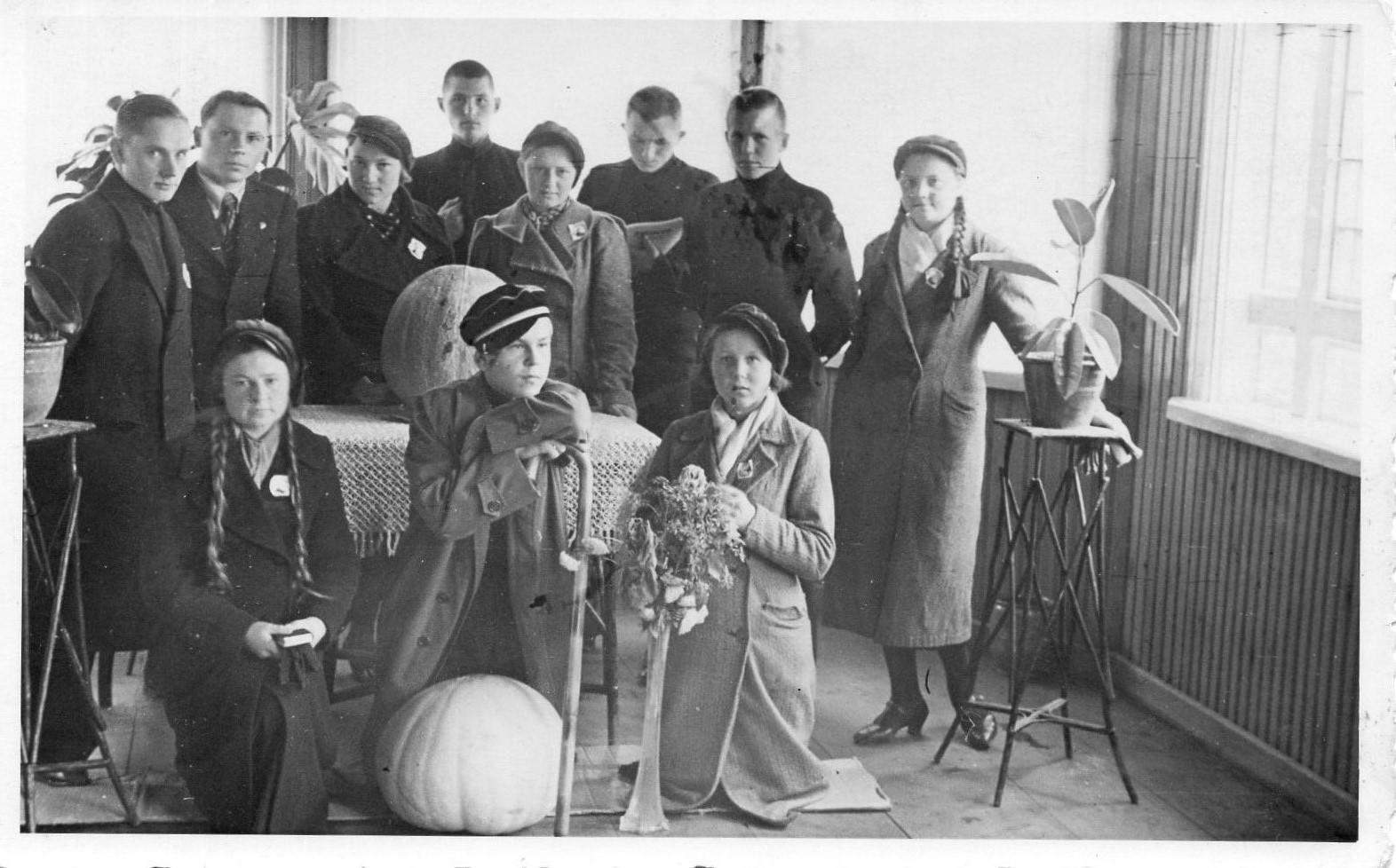 Ateitininkų susibūrimas. J. Švabaitė klūpi pirma iš dešinės. K. Bradūnas stovi antras iš kairės. Vilkaviškis, apie 1935-1938 m.