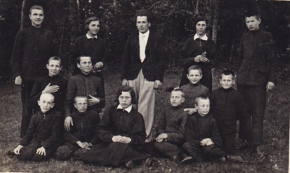 Aukštadvario progimnazijos mokytojas A. Gustaitis (stovi centre) su IV klasės mokiniais. Apie 1935 m.