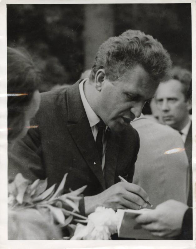 Autografai poezijos skaitytojams. Apie 1974 m.