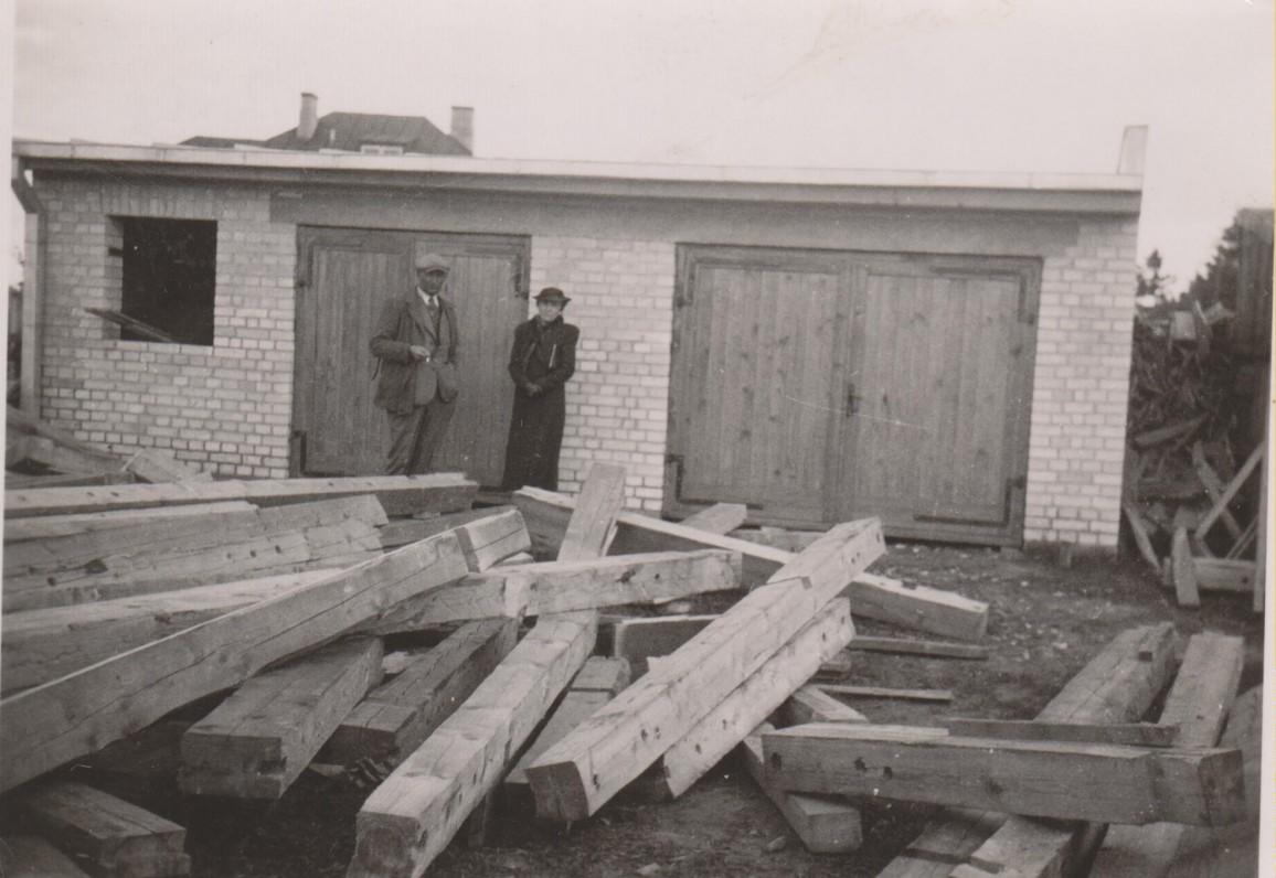 Balys Sruoga su brolio Juozapo žmona Bronislava Sruogiene B. ir V. Sruogų sklype Ramiojoje g. Kaunas, 1938 m.