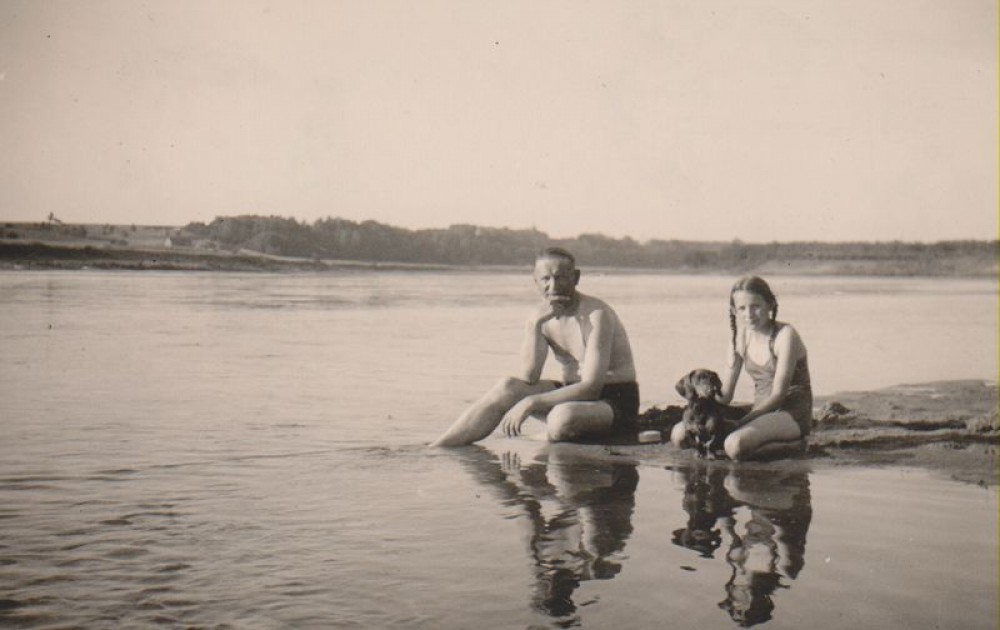 Balys Sruoga su dukra Dalia Sruogaite ir šuniuku Dzinguliu prie Nemuno. Apie 1933 m.
