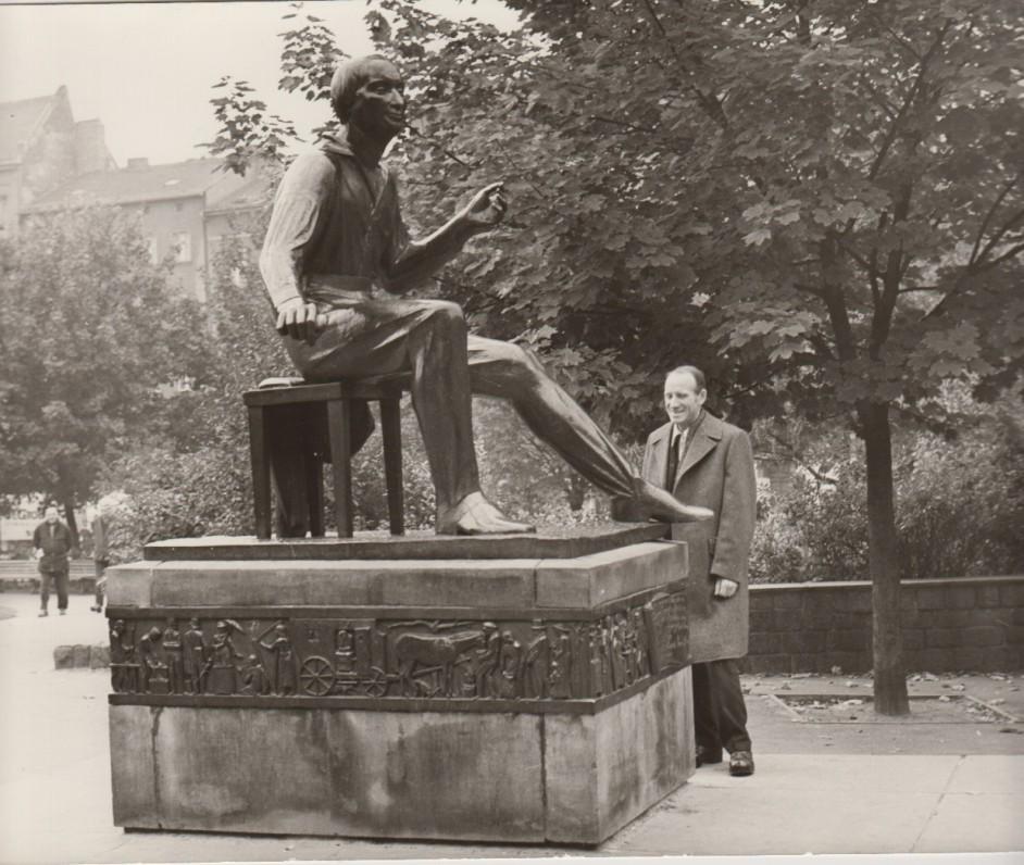 Berlyne, prie H. Heinės paminklo. Apie 1970 m. H. Schreider nuotrauka