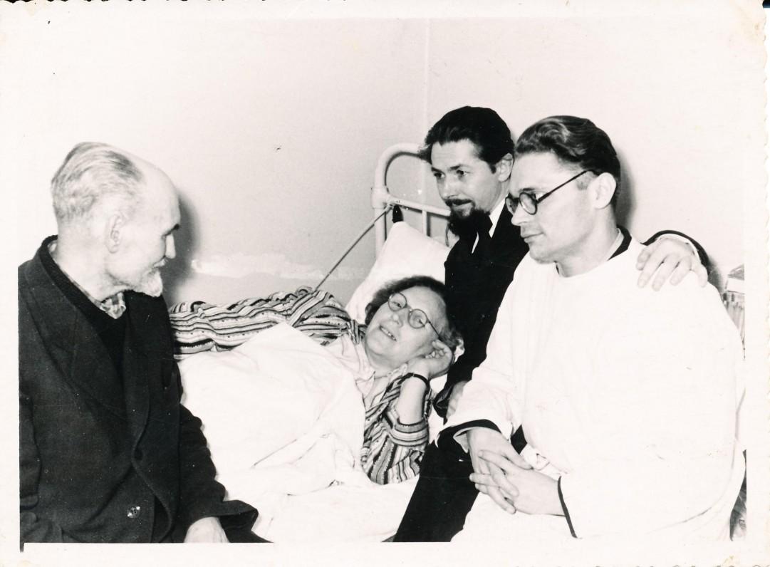 Besišypsanti I. Simonaitytė ir ligoninės palatoje. Iš kairės poetas A. Lastas. Kaunas. 1957 m. Fotografas J. Stanišauskas