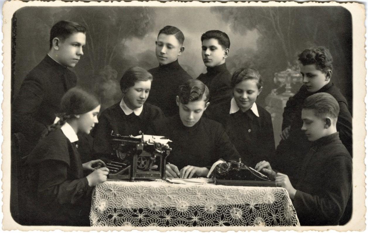 Biržų gimnazijos literatai. Mamertas – antroje eilėje pirmas iš dešinės. Fotografija P. Ločerio. 1936 m.