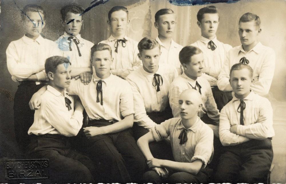 Biržų gimnazistai. Mamertas stovi antras iš kairės. Priekyje tupi B. Krivickas. 1937 m. Fotografas B. Michelsonas